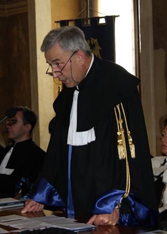 """Il giurista Castellano: """"Si creano bisogni che servono alla finanza e sfruttano l'uomo"""""""
