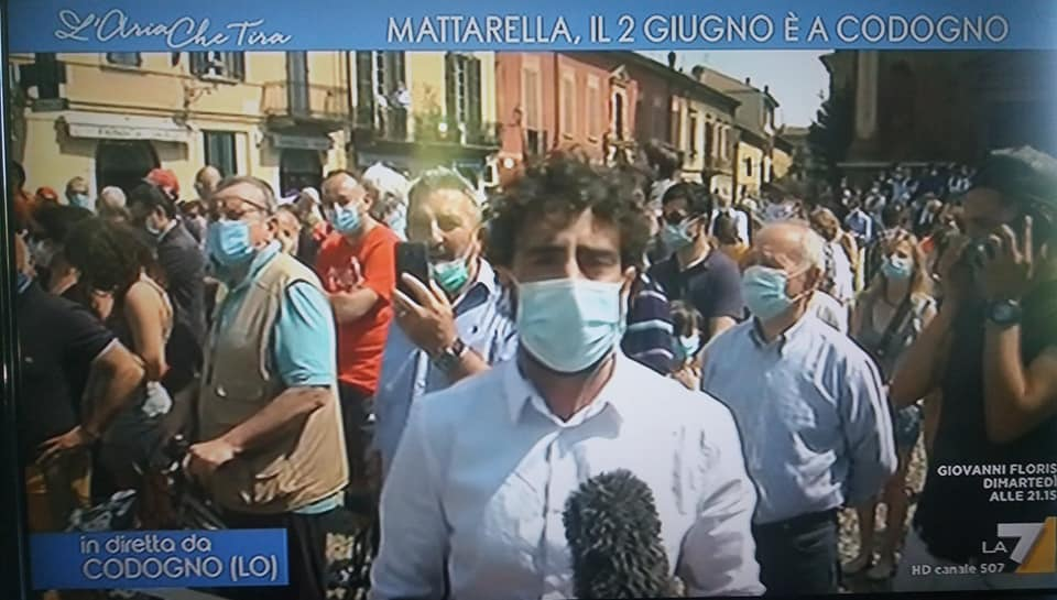 Gli assembramenti per Mattarella e di sinistra non favoriscono il virus. Qualche decina di persone in Chiesa sì!