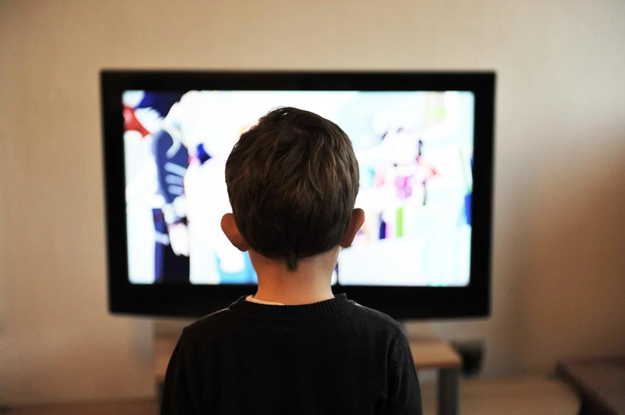 Servono criteri più rigidi di sorveglianza e selezione su quanto circola in Tv e in rete